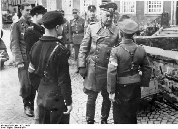 """Генерал-фельдмаршал вермахта Отто Мориц Вальтер Модель по прозвищу """"пожарный Гитлера"""", 1891 г. рождения. В германской армии - 1909 года, участник 1-й и 2-й мировых войн. Проявил решительность, выдержку и героизм, за что в годы Первой Мировой войны был награжден Железным Крестом обоих классов, Рыцарским Крестом королевского дома Гогенцоллерн с мечами, Баварским орденом за военные заслуги 4 кл. с мечами, Мекленбургским крестом за военные заслуги 2 кл., матовым знаком за ранение, а также…"""