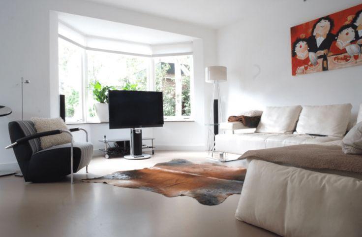 Licht grijze gietvloer in woonkamer met dierenhuid | CMI