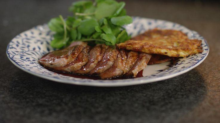 Eendenborst wordt traditioneel nog vaak gegeten 'à l'orange', maar misschien is dat gerecht intussen een beetje uit de tijd. Ieder z'n mening, maar Jeroen geeft je alvast een alternatief mee.Hij serveert de eend met een zoet-zure honingsaus en een aardappelbereiding waar de Zweden dol op zijn. Raggmunk is een traditioneel Scandinavisch recept voor aardappel-pannenkoekjes.