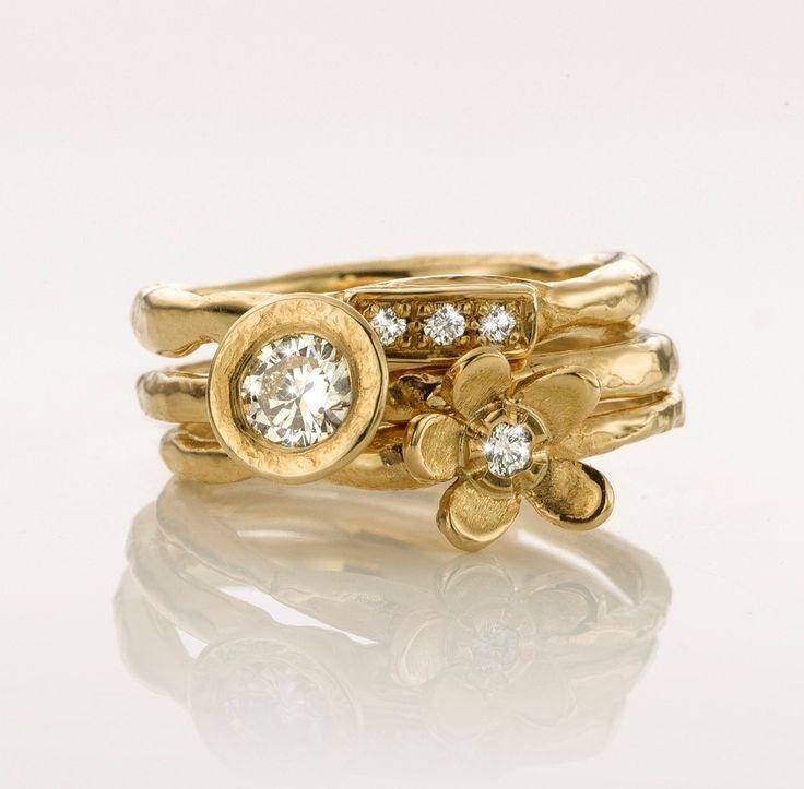 Combinatie van drie gouden handgemaakte ringen. Het gewicht van de witte diamanten is 0,40crt.