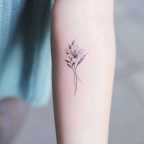 Tatuagem lírio minimalista: conheça hoje (13) essa nova tendência - Tatuagem na Web em 2020   Tatuagem, Tatuagem minimalista, Tatuagem de lírio