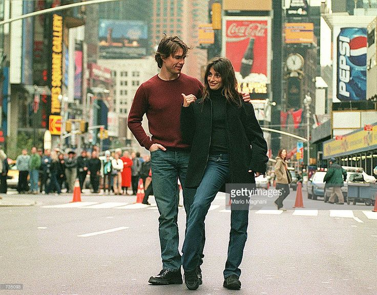 Tom Cruise and Penelope Cruz film a scene of their new movie, Vanilla Sky, in New York's Times Square November 12, 2000. Thousands of fans watch the couple film.