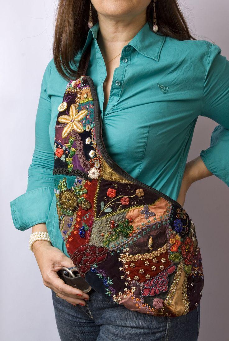 """Bolso bordado a mano por Carolina Gana. Modelo """"Bota española"""". Taller de Bordado Rococo, Santiago de Chile. CGP©2002"""