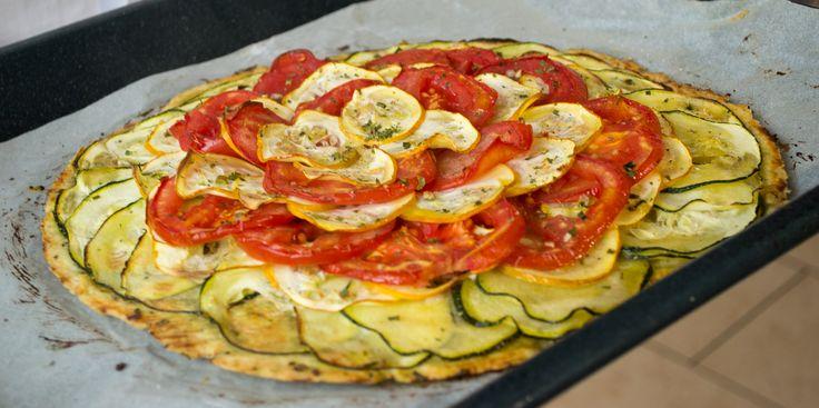 Ingrédients :  150 g de farine 80 g de beurre en dés et en pommade 6 g de Sel 50 g d'eau tiède 1 tomate 1 courgette jaune 1 courgette verte  Mélangez la farine et le sel dans un plat et les herbes Incorporez le beurre en pétrissant du bout des doigts. Incorporer l'eau, petit à petit.  Laissez reposer 60min au frais. Étalez la pâte ajouter une base de moutarde puis les légumes coupées en rondelles.