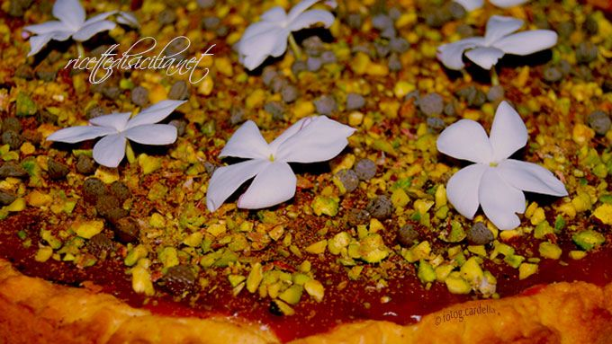 La pasticceria siciliana offre questa seducente crostata al gelo di mellone, dolce estivo, dove l'anguria assume il ruolo di protagonista