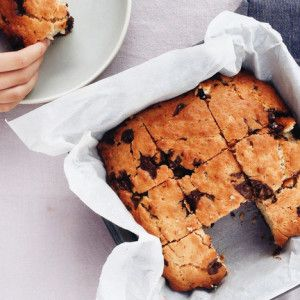 I Quit Sugar - Choc Chip Blondies - will try replacing brown rice syrup with raw honey.