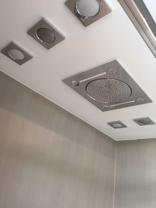 D o u c h e n | Wakker worden onder deze douche, heerlijk toch!? Ook zin zo'n zin om er direct onder te springen? Spring dan snel bij ons naar binnen en laat je vrijblijvend adviseren over de mogelijkheden die wij u kunnen bieden. #douche #luxe #stijl #tegels #kranen #douchewanden #badkamerinspiratie #advies #HomeAround #showroom #Ypenburg