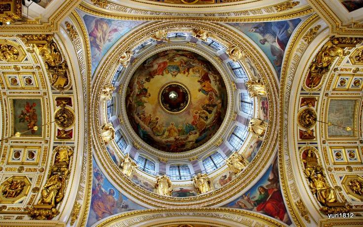 Голубь под куполом собора