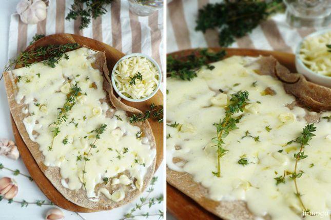 Классика мировой кулинарии и немного домашней стряпни - Белая пицца с тимьяном и чесноком