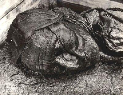 el hombre de tollund ahorcado con una cuerda de piel edad de hierro