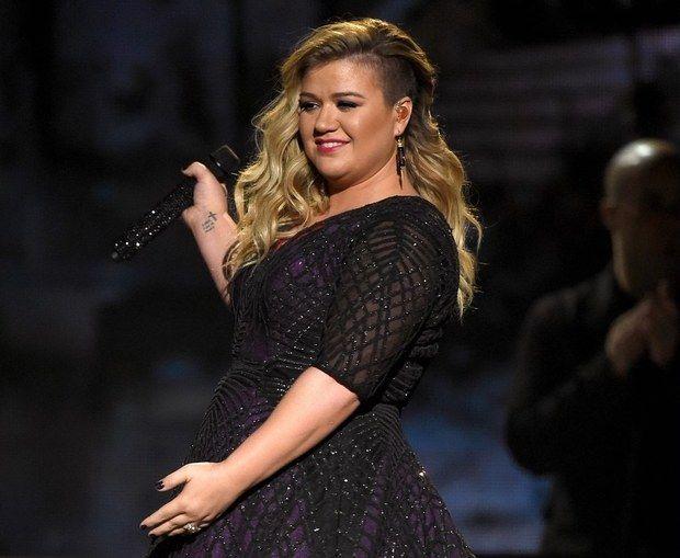 Zangeres Kelly Clarkson ontroerde afgelopen week een miljoenen publiek tijdens een optreden bij American Idol met een nieuwe versie van het liedjePiece By Piece.