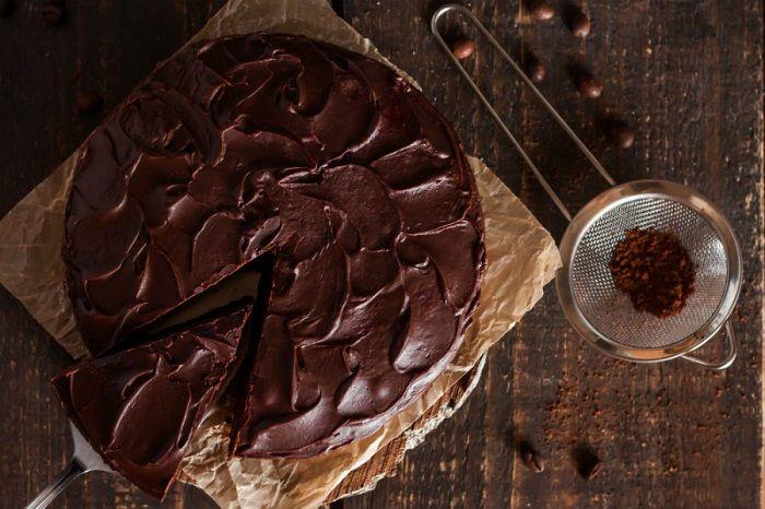 Aprenda a fazer um delicioso bolo de chocolate com cobertura sem lactose