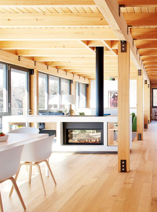 Résidence secondaire dans les Laurentides au Québec. Architecte: Marc Julien. J'y habiterais volontiers à l'année ! Espace, grandes fenêtres, bois clair, clé du succès !