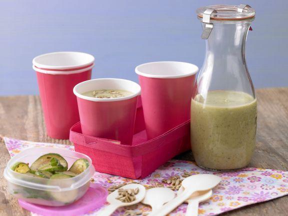Die kalte Zucchinisuppe mit Joghurt und Sonnenblumenkernen füllt den Magen, ohne zu belasten. Perfekt für heiße Tage und kalorienarmen Genuss!