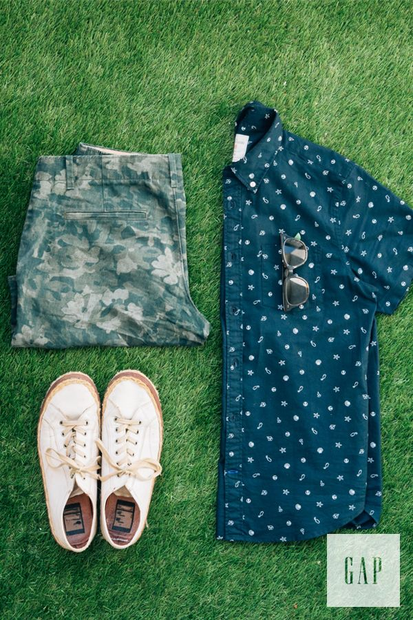 Este es una camisa, unos zapatos y unos pantalones cortos de camuflaje. Se puede en la escuela. Los zapatos son blancos. La camisa es azul.