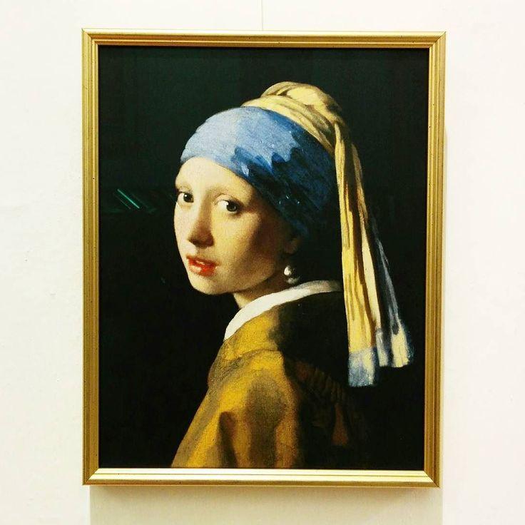 Oggi abbiamo avuto il piacere di #incorniciare questo splendido #dipinto del #pittore olandese Jan #Vermeer (#ragazza con l'#orecchino di #perla). Sarà l'originale?  #cornici #arte #ritratto #falsodautore #copia #art #tela  #portrait #framing #selfie #original #girl #gold #painting #artist #famous #canvas
