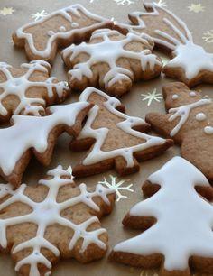 Biscuits de Noël aux épices: version conventionnelle •410g farine  •225g beurre mou  •200g sucre complet •1 oeuf •150g  miel •4 cc mélange pour pain d'épices •4 cc cannelle moulue •1 cc gingembre moulu •1 cc bicarbonate de soude •1 pincée de sel  Glaçage stand: •180g sucre glace tamisé  •2 cs jus de citron •1 blc d'oeuf