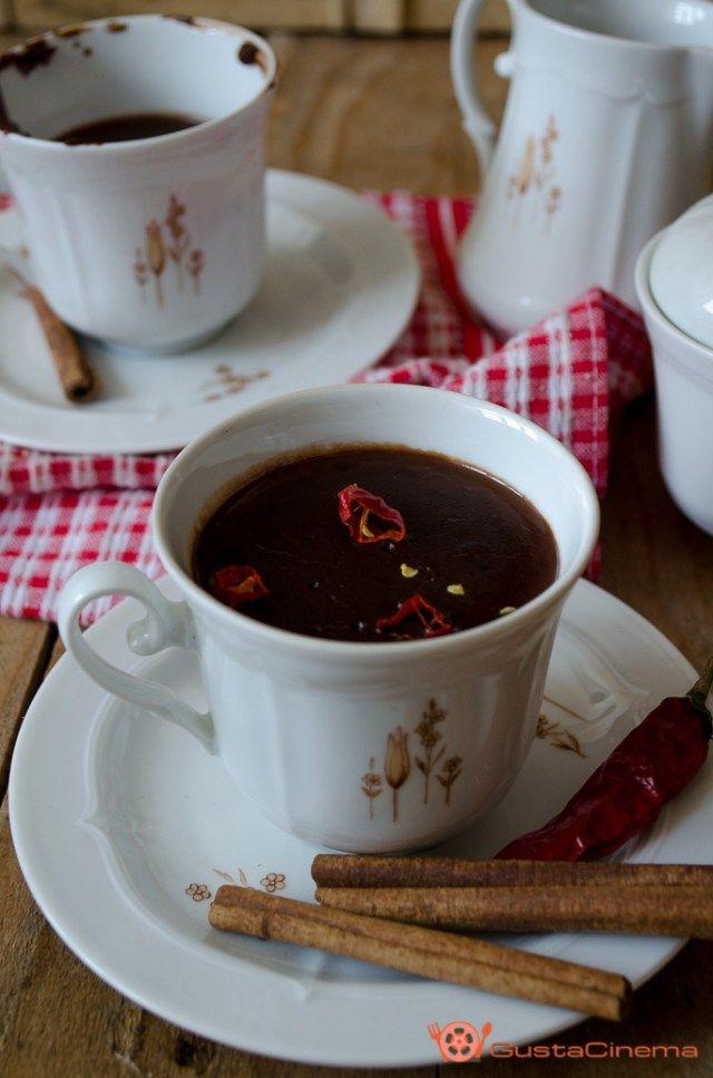 Cioccolata calda al peperoncino un goloso dolce al cucchiaio preparata Vianne per la burbera Armande, che dopo averla gustata, ritrova il sorriso ed inizia ad aprire il suo cuore. Ottima da preparare a San Valentino o per coccolarsi un po'.