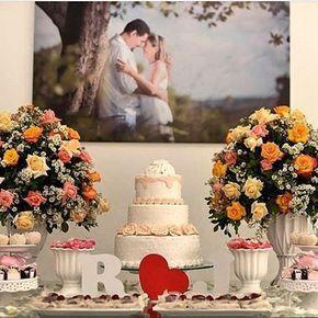 Olha o quadro do casal decorando a mesa do bolo!  decoração linda! Essa foto eu peguei lá no insta da @alessyaalves  #noiva #noivas #noivos #noivo #noivado #casar #casamento #casamentocivil #casamentonocivil #civil #cartorio #casamentosimples #casamentobarato #decor #mesadebolo #mesadecorada #mesadebolo