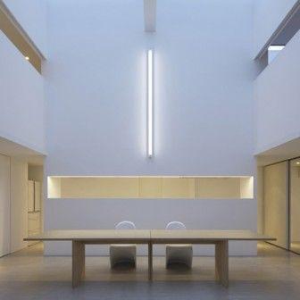 W Kanagawie powstał dom projektu studia Shinichi Ogawa and Associates.Dwupoziomowe wnętrze jest odważne i ascetyczne. Jego oryginalność polega na śmiałym zagospodarowaniu przestrzeni. Cube House,bo tak się nazywa dom,został zaplanowanych wokół strzelistego, dwukondygnacyjnego salonu. http://sztuka-wnetrza.pl/230/artykul/oszczedny-szescian