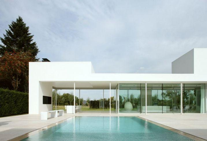 Villa blanche ultra design avec d'immenses fenêtres