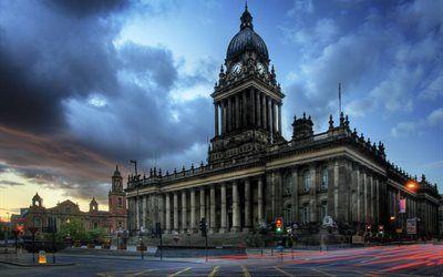 壁紙をダウンロードする 雲, 灯り, クロックタワー, 都市, 建築, 建物, リーズ, 市役所, タウンスクエア, イギリス, 長時間露光, 地