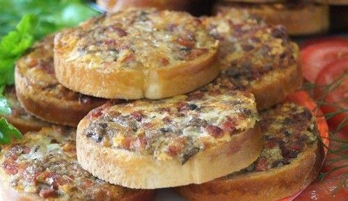 Перекус с грибами, колбасой и сыром - очень вкусный и питательный. Ингредиенты. Описание приготовления горячих бутербродов.