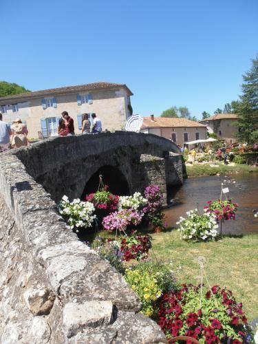 Saint-Jean-de-Côle: bridge one day Floralies - France-Voyage.com