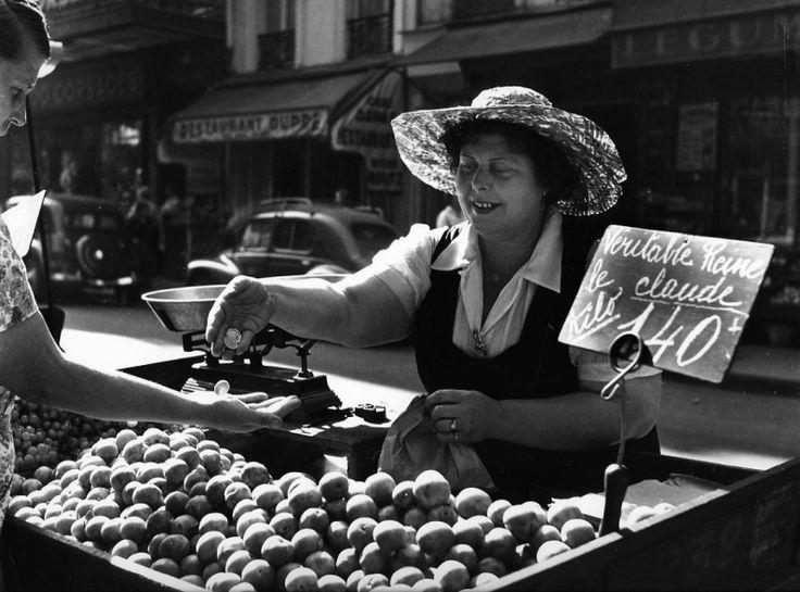Robert Doisneau \\ La véritable Reine Claude, Paris.  1955