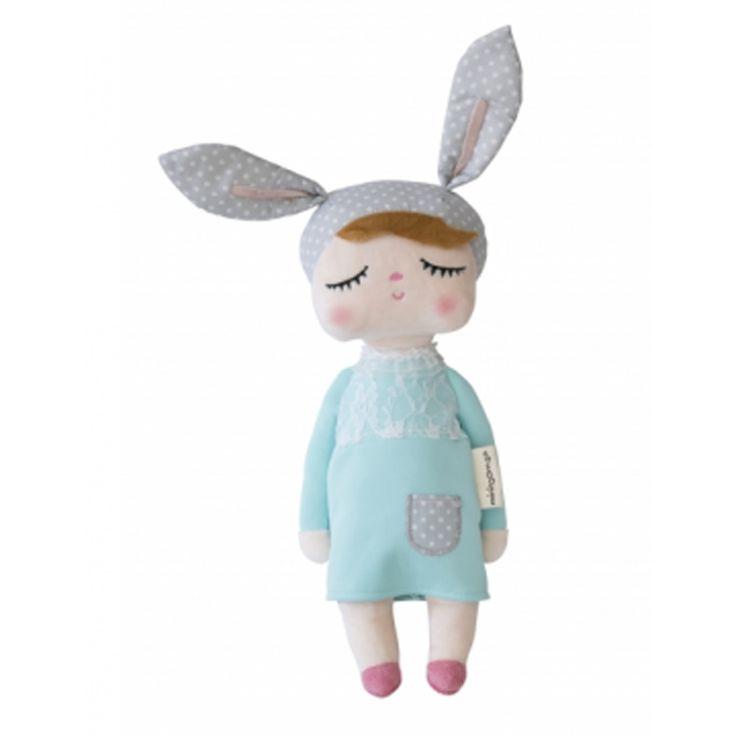 Deze schattige Kanindocka pop met vrolijke konijnenoren en roze blosjes op haar wangen zorgt voor veel speelplezier en heeft een hoog knuffelgehalte! Het ideale knuffelvriendje voor je kindje!