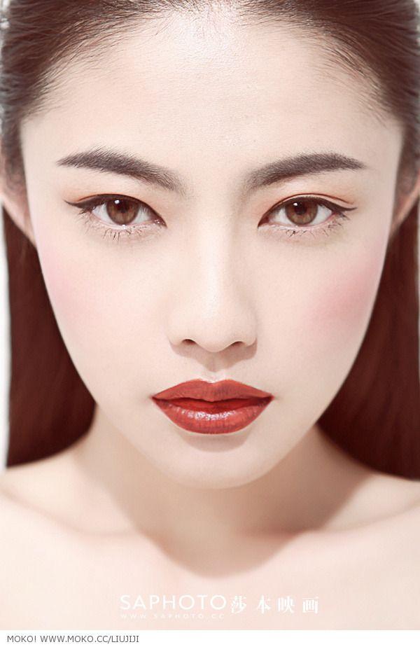 bold eyeliner, red lips
