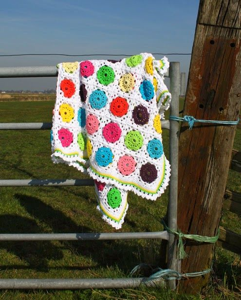 Crochet blanket: flowers in squares, free pattern | Happy in Red