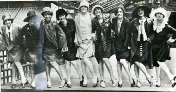 La década de 1920 es la década en la que la moda entra en la era moderna.  Fue la década en la que las primeras mujeres se liberaron de la constricción de la moda y comenzaron a usar ropa más cómoda