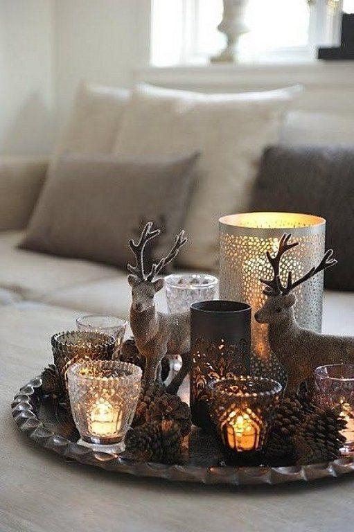 Una bandeja en una mesa baja con unas simples velas encendidas y algún motivo navideño, como por ejemplo estos pequeños renos. Seguro que no pasa desapercibida.