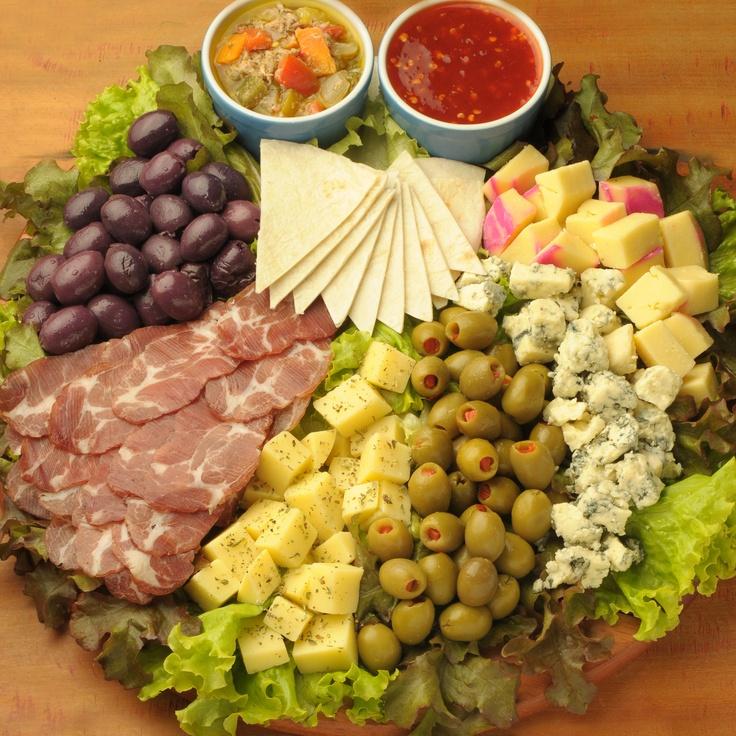 Mini tábua de frios: Azeitona verde, Azeitona preta, Presunto, Salame, Três tipos de queijo, Molho e Tortilha de Rap10.