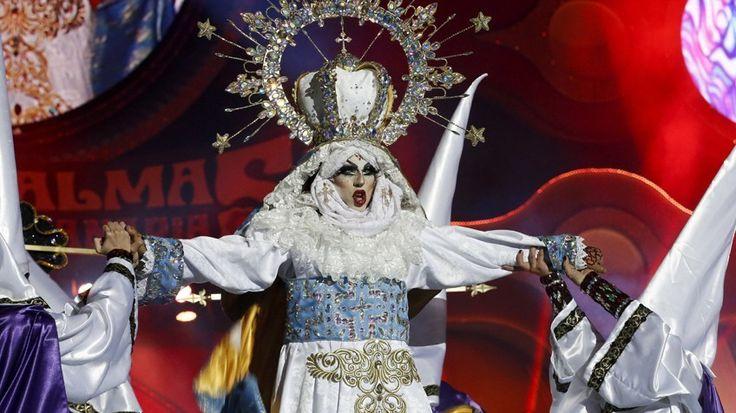 El público corona como Reina Drag del Carnaval de Las Palmas de Gran Canaria a Drag Sethlas con una actuación que ha generado las críticas de los sectores más conservadores y ha llevado a la televisión pública española, RTVE, a retirar el programa de su servicio online sin dar explicación alguna.