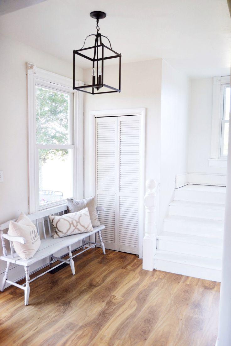 entryweay granja, escaleras pintadas de blanco, linterna negro - El Morris Manor Home Tour