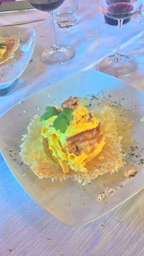 Fettuccine con ricotta, zenzero e pancetta adagiata su crosta di parmigiano