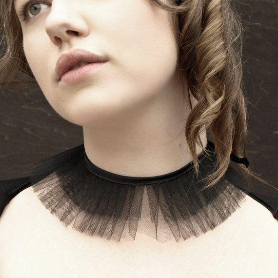 Présentoir de collier de tulle fait forme noire volants de tulle et fini avec ruban de satin de qualité supérieure.  Dangereux... un rêve dun