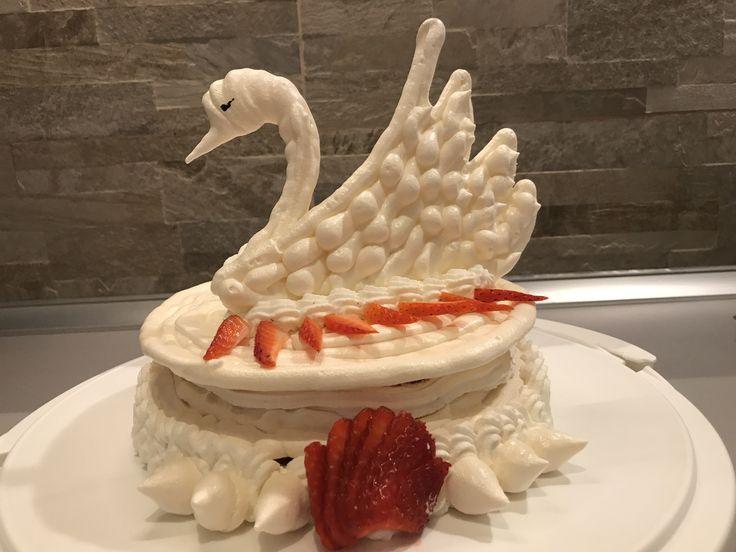 Torta cigno con meringa, panna, e fragole