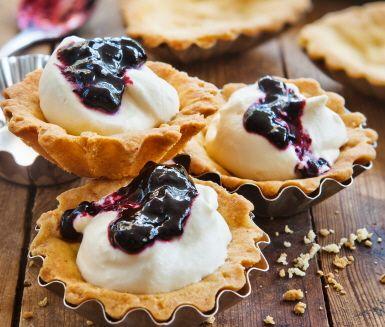 Vanilj- och saffransmusslor med blåbär och grädde