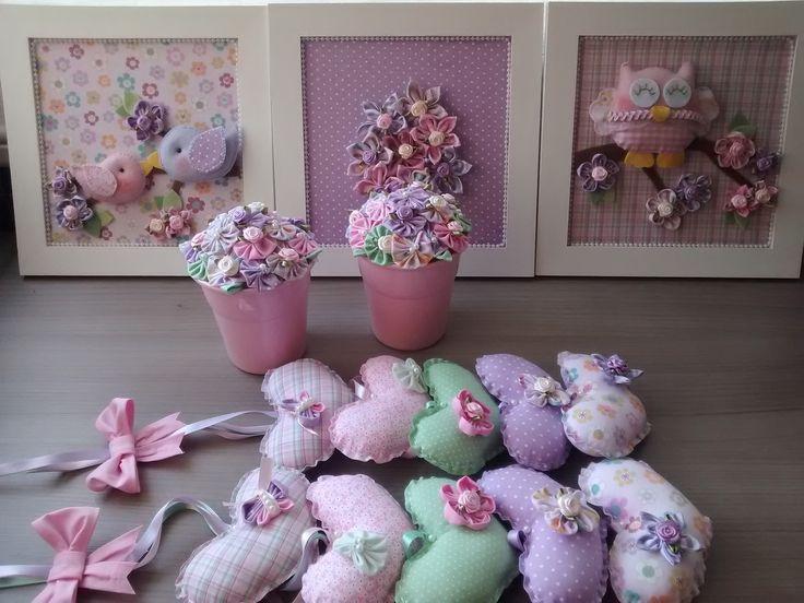 Kit para de coração do quarto do bebê e menina contendo:  2 pingentes de cortina medindo 60 cm de comprimento ( consulte-me sobre a possibilidade de aumentar o comprimento)  2 vasos decorados com flores de fuxico  trio de quadros medindo 21 x 21 cm cada quadrinho