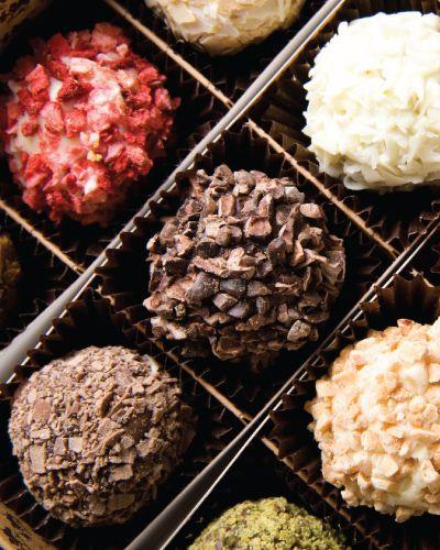 På sjokoladekurs lærer man enkle teknikker for å jobbe med sjokolade, som blant annet temperering og hvordan man lager forskjellige fyll. Under kurset får man en bedre forståelse av hvordan man bruker sjokolade i ulike sammenhenger. Faller garantert i smak.