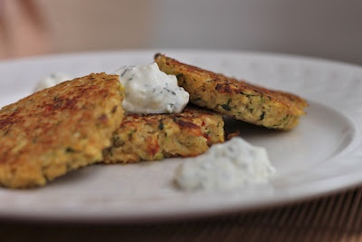 Zucchini & Red Pepper Quinoa Cakes with Dilled Yogurt SauceRed Peppers, Quinoa Cakesg, Yogurt Sauces, Dill Yogurt, Peppers Servings, Boyfriends Food, Food Side, Drinks, Peppers Quinoa