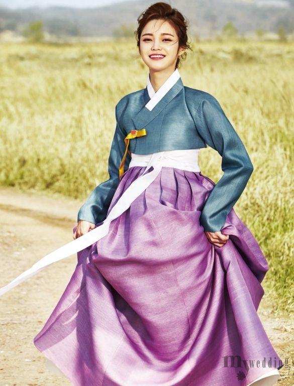황홀한 풍광 속 전통 한복을 입고 거니는 연인의 모습