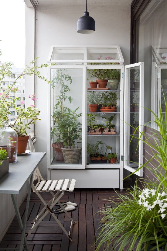 Small greenhouse for the balkony by finnish brand Kekkilä (Vihervitriini) http://www.kekkila.fi