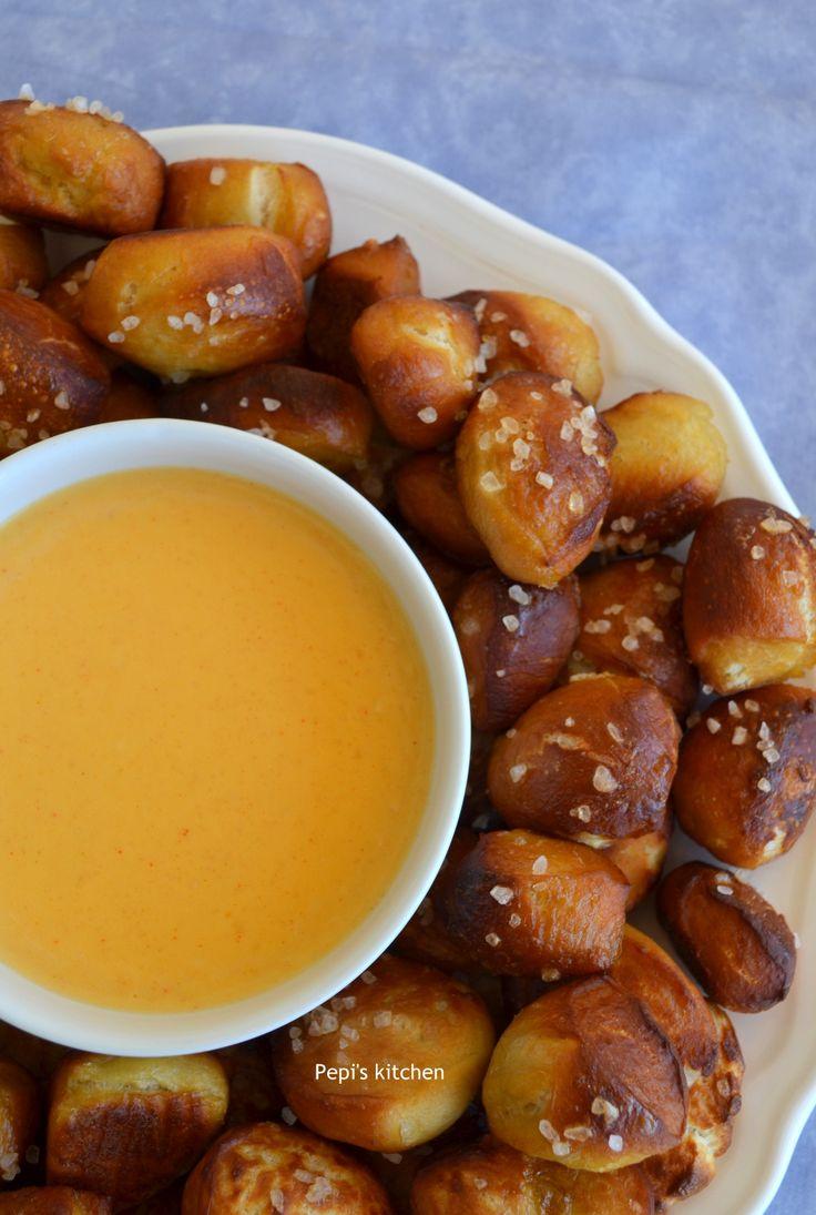 Μπουκιές πρέτσελ με σάλτσα τυριού http://laxtaristessyntages.blogspot.gr/2016/03/pretzel-bites-with-cheese-sauce.html