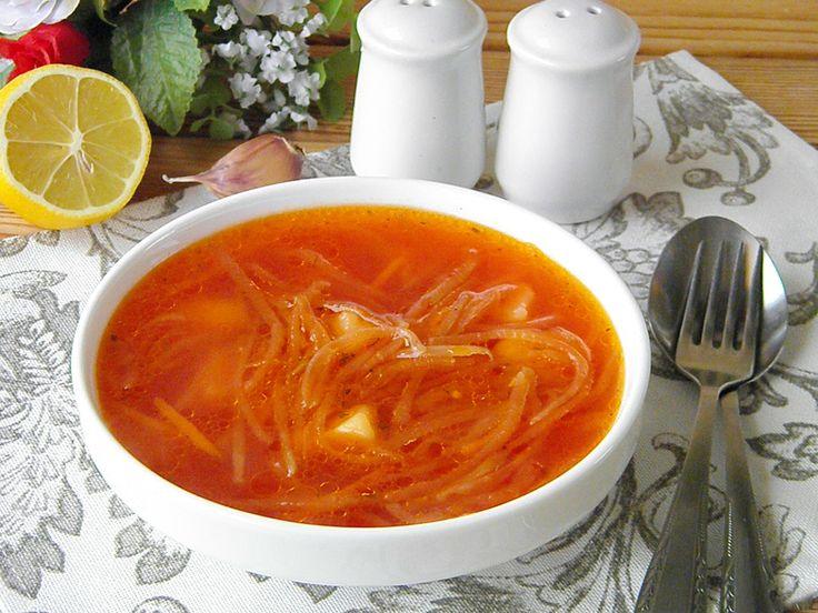 Ciorba de sfeclă roșie este delicioasă. Este un fel de mâncare care nu conține carne, chiar și așa, este foarte gustoasă, sănătoasă și bogată în vitamine. Este o rețetă ideală depost sau pentru vegetarieni. Această ciorbă este hrănitoare și ușor de preparat, cei mici vor fi încântați de gustul acesteia. Echipa Bucătarul.tv vă dorește poftă …