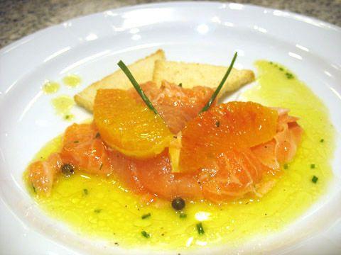 Carpaccio di salmone marinato all'arancia e erba cipollina