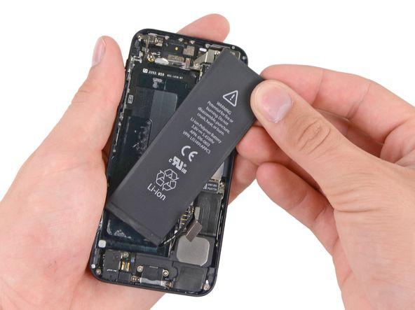 8. Dersom det er nødvendig, kan du bruke den gjennomsiktige plastfliken til å trekke batteriet fra limet som det til iPhone. Ta ut batteriet.